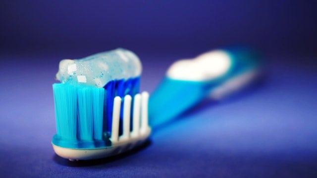 Szczoteczka higienia z aparatem ortodontycznym